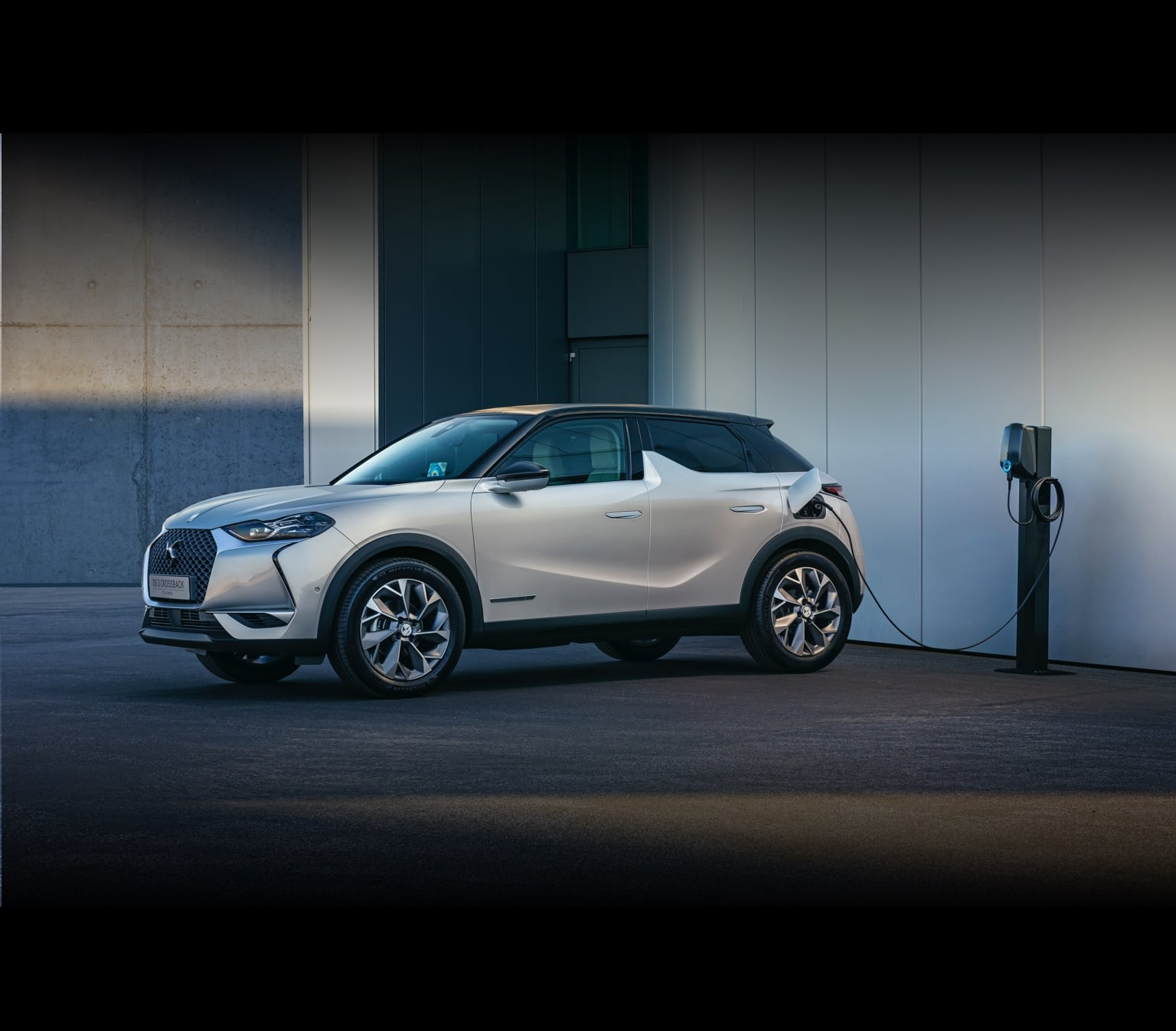 DS3 Crossback E-Tense charging outside